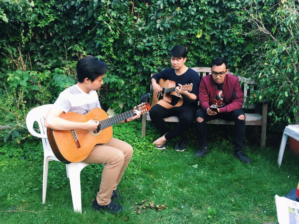 Ada teman-teman yang hobi bermain musik, sambil menghibur teman-teman yang sedang mempersiapkan Grillen