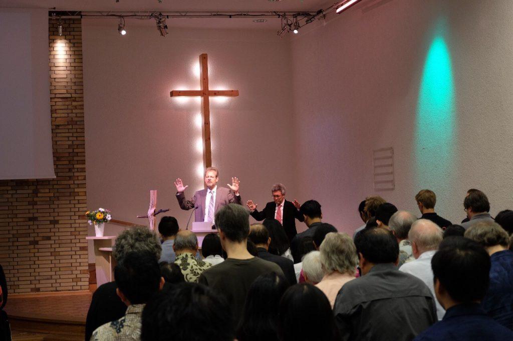 Doa bersama di awal kebaktian