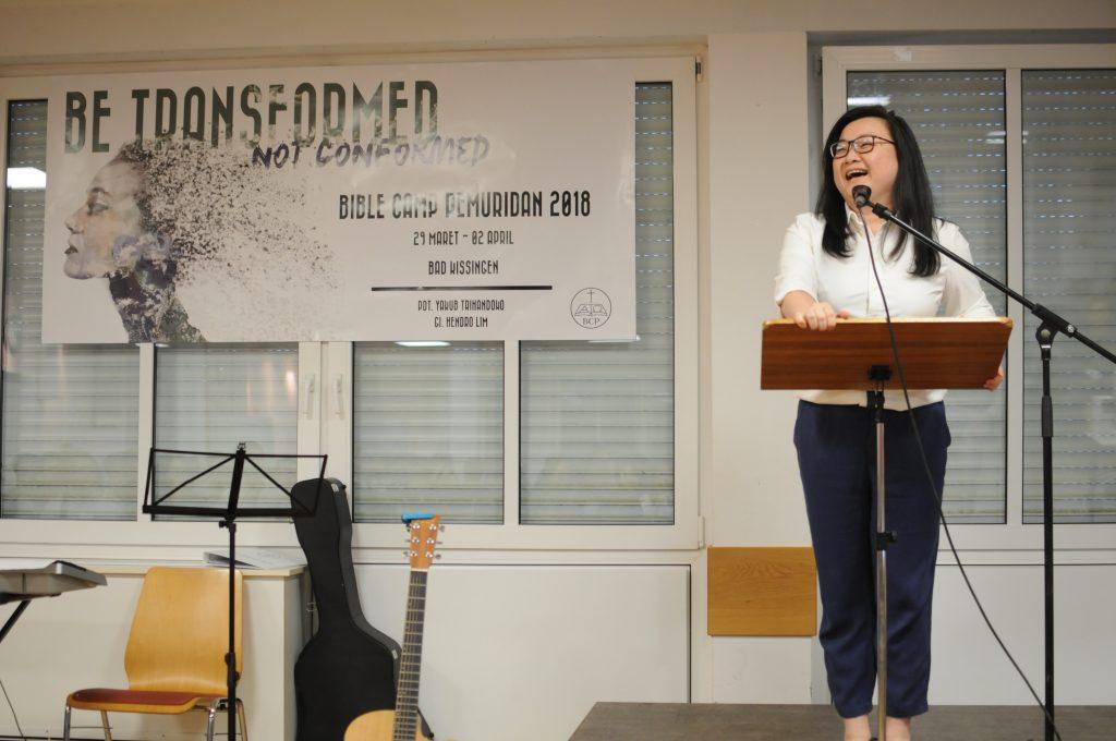 Saudari Rafelia yang memimpin kebaktian kesaksian dan puji-pujian