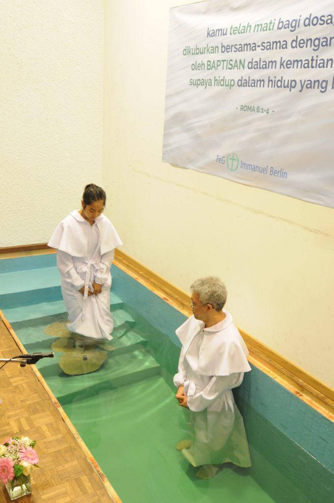 Sdri. Nathania Dwianggitaningsih Bastam memasuki kolam baptis