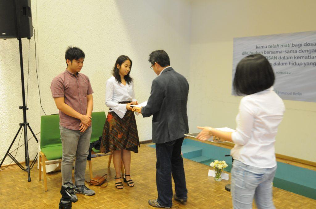 Penyerahan Surat Baptis