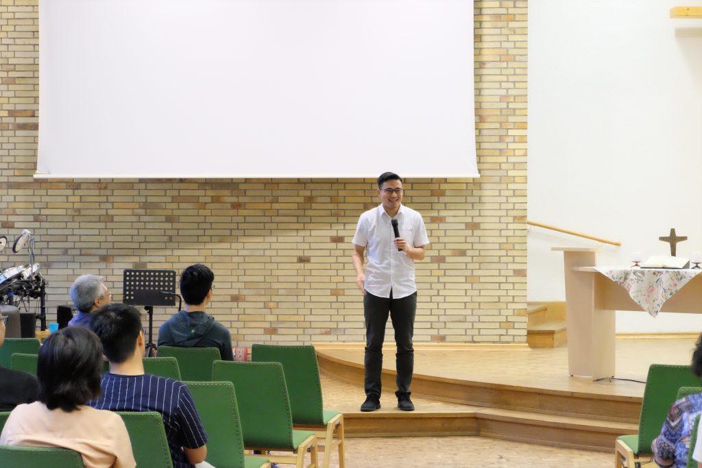 Sdr. Riggruben memperkenalkan diri di tengah Jemaat