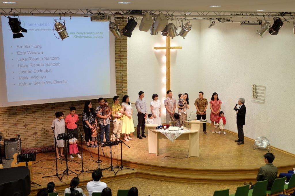 Dalam kesempatan Kinderdarbringung kali ini ada tujuh anak yang diserahkan ke dalam tangan Tuhan agar Tuhan lindungi dan memberkati.
